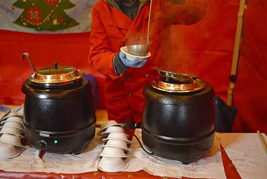 Speisen für Weihnachtsfeier, warme Suppen