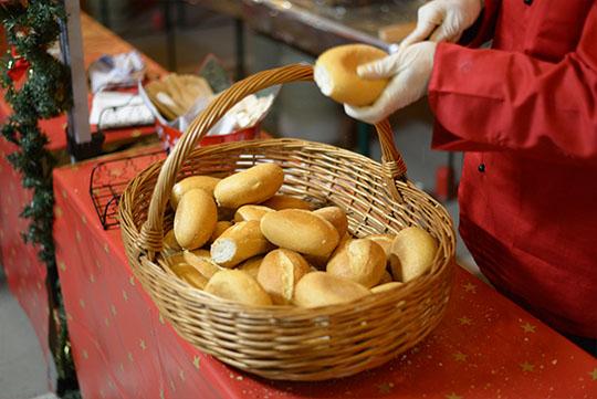 Weihnachtsfeier Catering, Bratwurst mit Brötchen